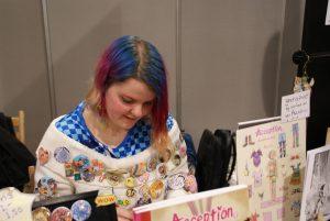 Coco Ouwerkerk met haar bekende buttontrui